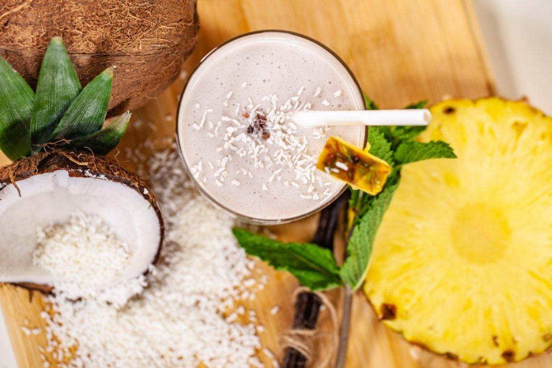 Kokosijs met gegrilde ananas